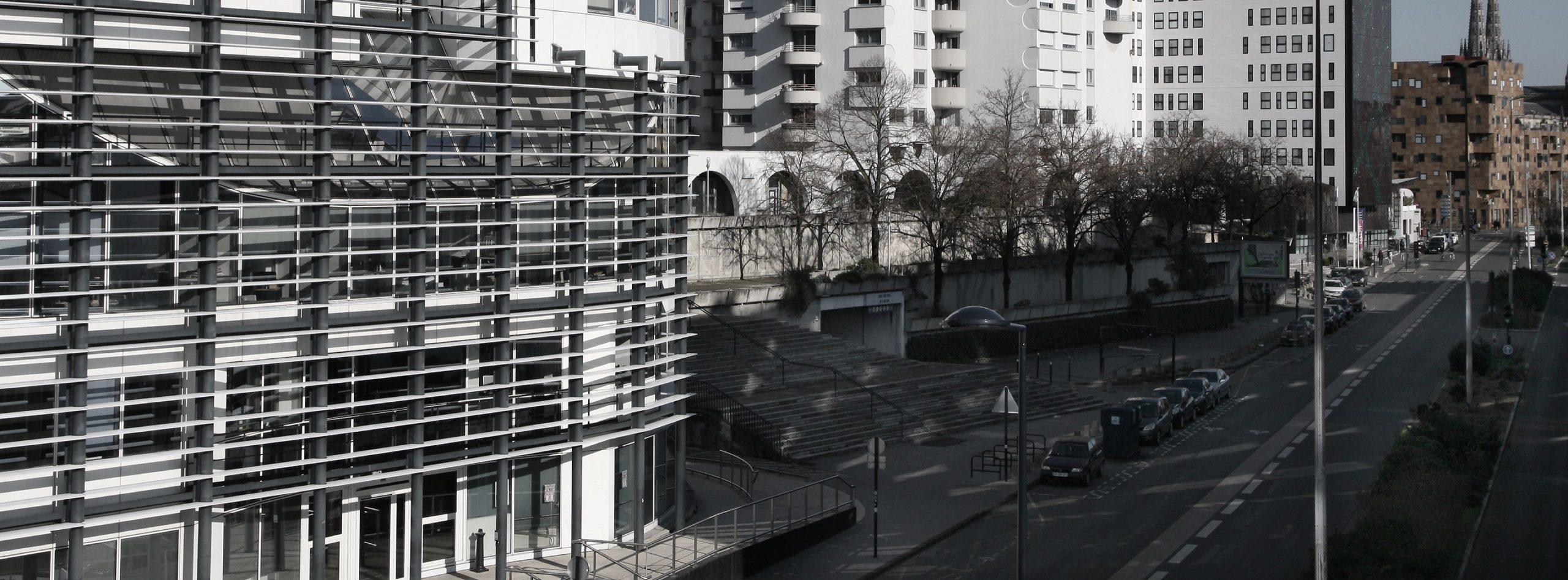 Garez-vous au parking Huit Mai 45 METPARK dans le quartier Mériadeck de Bordeaux. Parc de stationnement, plus de 600 places de parking disponibles.