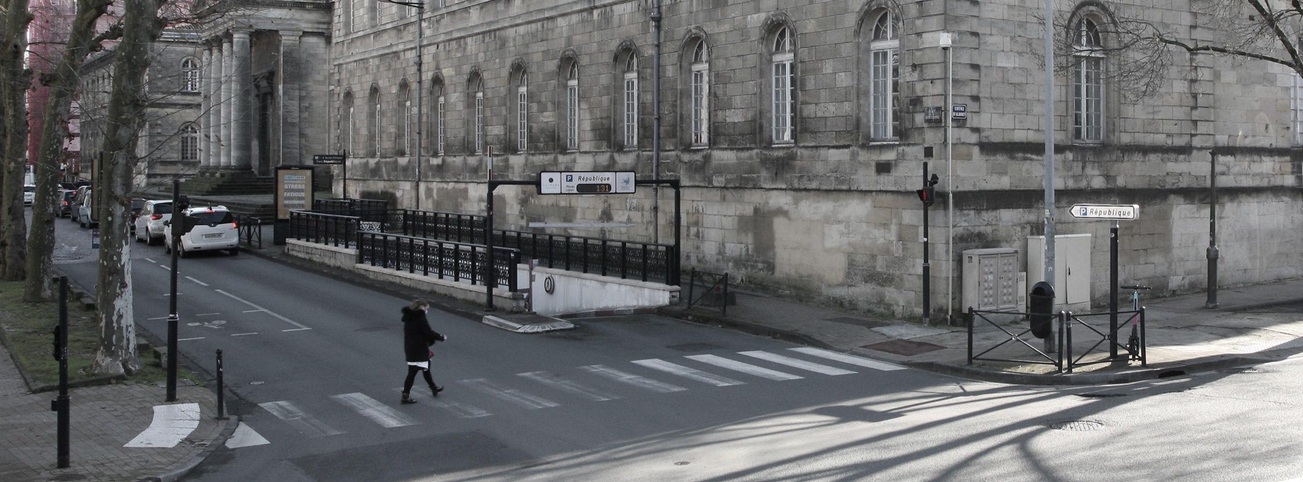 Parking République METPARK en plein centre de Bordeaux, au pied de l'hôpital Saint-André et du Tribunal de Bordeaux.